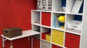 Новый тренд: открытые стеллажи с кофрами, корзинами и коробками