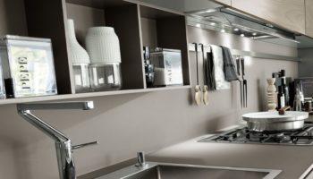 Фартук с полками на кухне - это красиво и функционально!